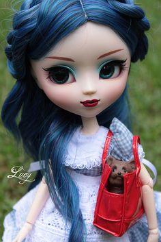 Pullip. I'm lovin' the blue hair!