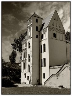 This photo from Zachodniopomorskie, West is titled 'Loitz House'. Historical Monuments, Historical Architecture, Central Europe, Tree Houses, Beautiful Buildings, Cathedrals, Heritage Site, Cottages, Wwii