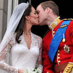 Royal Wedding kiss: Prince William & Kate Middleton drive away in a vintage Aston Martin Kate Und William, Kate Middleton Prince William, Prince William And Catherine, William Arthur, Prince Edward, Prince Harry, Wedding Kiss, Wedding Day, Harry Wedding