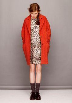 L'imprimé animalier qui revient en force cet hiver, emmitouflé dans un gros manteau orange qui change des couleurs noires, grises ou marines, trop sombres ! Asos, avec ce look rétro, a de quoi réchauffer un peu la saison froide !