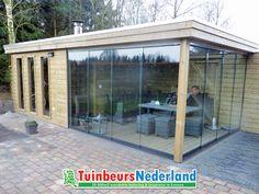 Luxe tuinhuis met een plat dak. Door de hoge ramen en de glazen wanden creëer je een lichte ruimte.