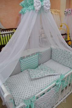 Постель в кроватку серо-мятного цвета с носорогами, зигзагами, горошком.
