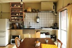 賃貸で住んでいた団地を購入。住み慣れた間取りの不要な壁や欄間を取り除き、暮らしの場面に応じて、木製サッシの引き戸で仕切るプランにリノベーション。 text_