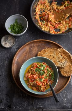 how to make menemen the most delicious turkish scrambled eggs - Healthy dishes - Pancake Muffins Healthy Dishes, Healthy Eating, Healthy Recipes, Delicious Dishes, Vegetarian Recipes, Turkish Eggs, Tapas, Dip, Food Photography