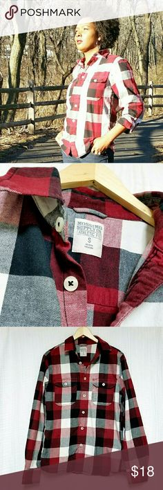 Mossimo Supply Co🌟Plaid Button Down Shirt This is a small and I usually wear Medium. This size runs big. If you are a Medium like me, you should be ok. Mossimo Supply Co Tops Button Down Shirts