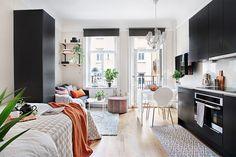 apartamento de 20m² . O preto e branco é complementado com tons de madeira e pontos coloridos em detalhes da decoração.