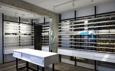 High end retail new optical shop display ideas Shop Interior Design, Retail Design, Affordable Glasses, Furniture Dolly, Eco Furniture, Optical Shop, Eating Before Bed, Buy Glasses, White Shelves