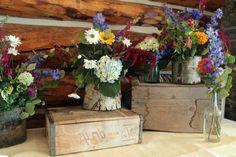 déco mariage champêtre - boîtes en bois et vases en écorce avec des arrangements de fleurs des champs