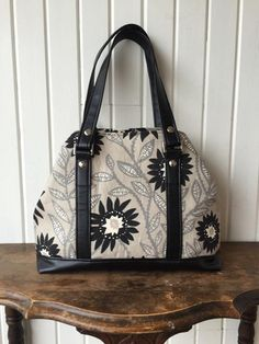 Tutorial for alternative shoulder strap style for the Lotus Handbag pattern by Blue Calla Patterns.