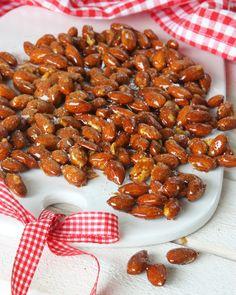 Ljuvligt goda kanderade mandlar smaksatta med kanel & flingsalt. Gott till glöggen eller som julgodis!