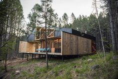 Inspired by traditional Chilean architecture, Casa La Quimera is a wooden house designed by architect Carlos Torres Alcalde. Wood Architecture, Residential Architecture, Ideas Cabaña, Small Summer House, Gazebo, Wooden House Design, Off Grid House, Best Architects, Beautiful Interior Design