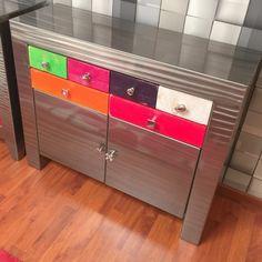 Ce meuble de rangement design en métal effet meulé est beau et pratique grâce à ses 2 portes et ses 6 tiroirs. www.loftboutik.com