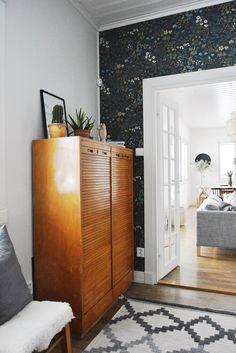 Das Holz dieses Schrankes! Beliebt das ganze Zimmer. Ein schöner Kontrast zur dunklen Tapete. (Boråstapeter Flora)