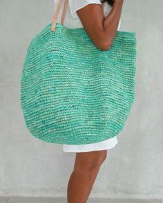 un grand sac en paille bleu