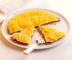 Mandarinen-Torte: Knuspriger Japonais-Boden und ein Belag mit Blanc Battu und erfrischenden Mandarinenscheiben. Schmeckt himmlisch und ist wunderbar leicht! #Rezept #Torte #Backen