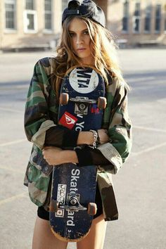 Skate Girls just damn ! Skater Look, Skater Girl Style, Burton Snowboards, Mode Hippie, Hippie Style, Skater Mädchen Outfits, Emo Outfits, Disney Outfits, School Outfits