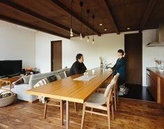 この写真「キッチンとダイニングテーブルを一体化させた、直線ラインが美しいダイニングキッチン」はfeve casa の参加建築家「鐘撞正也/フリーダムアーキテクツデザイン株式会社」が設計した「sky life house」写真です。「ナチュラル」に関連する写真です。「自然素材の家 」カテゴリーに投稿されています。