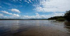 Rio Tapajós, na região da Terra Indígena Sawré Muybu, do povo Munduruku, no estado do Pará, Brasil.  Fotografia: Valdemir Cunha / Greenpeace.  http://noticias.uol.com.br/meio-ambiente/album/2016/03/21/indios-munduruku-protestam-contra-hidreletricas-no-tapajos.htm#fotoNav=18