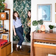 You may know actress @noelwells from her roles on season one of @netflix's @masterofnone, @nbcsnl or the recent movie she wrote, directed and starred in, @mrrooseveltfilm. But you probably didn't know she is also a plant whisperer, a pillow seamstress, and a wallpaper wizard. With the help of her equally talented roommate @gisellerella, she's built a beautiful home worthy of acclaim and accolades to match those of her on-screen successes. See more via the link in our bio and on our Instagram…