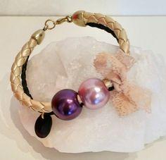 Hola a tod@s, Hoy os presentamos estas pulseras de cuero trenzado en color dorado con perlas sintéticas de colores metalizados.