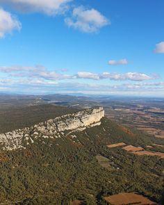 Tout en haut du Pic Saint Loup à 658 mètres on rencontre sa petite soeur la montagne de L'Hortus Pic Saint Loup (34) Tout sur #PintadePicSaintLoup __________________ #masdefrance #masdebaumes #chambredhotes #picsaintloup #travel #blogtravel #travelgram #bloggertravel #voyage #trip #Montpellier #pintademontpellier #occitanie #roadtrip #oenologie #wine #gastronomie #randonnee Pic Saint Loup, Road Trip, Montpellier, Grand Canyon, Nature, Travel, Instagram, Baby Sister, Dating