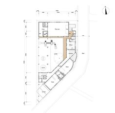 Creche Infantil TAKENO, Tadashi Suga Architects l O terreno em esquina está localizado em uma zona urbanizada, aproximadamente metade do seu perímetro está em contato com a rua. O térreo ao lado da rua, enquanto o segundo pavimento encontra-se no lado mais afastado. Trata-se de uma planta com um pátio. Esta forma permite a entrada de luz desde o exterior até o espaço central do edifício de forma eficaz, levando em conta também a ventilação.
