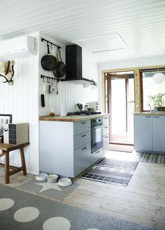 Czarny okap i drewniane blaty w kuchni w stylu skandynawskim