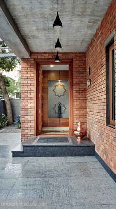 Design Discover The Brick Abode / Alok Kothari Architects Design Entrée, Brick Design, Door Design, Exterior Design, Entrance Design, House Entrance, House Front Design, Modern House Design, Modern Brick House