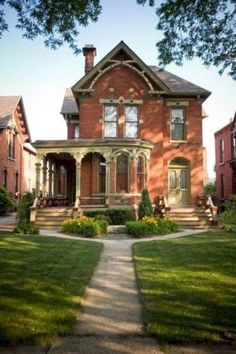 Yesss I love this porch! It's do lovely #victorianarchitecture
