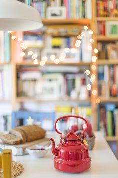 Tea, homemade bread and books galore, perfect! | kivamagazine