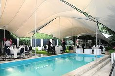 Bruiloft in tuin met zwembad