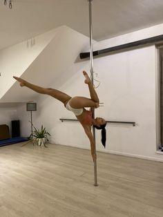 Pole Fitness Moves, Pole Dance Moves, Pole Dancing Fitness, Dance Poses, Barre Fitness, Fitness Exercises, 3d Pose, Gymnastics Flexibility, Chica Cool