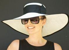 Amplio borde negro y sombrero blanco. Sombrero, sombrero de Ascot, sombrero…
