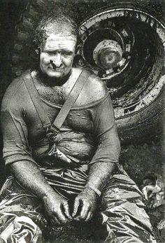 Fotografia espetacular de Sebastião Salgado. Eu vejo a exaustão do caminhoneiro em algum atoleiro mundo afora.