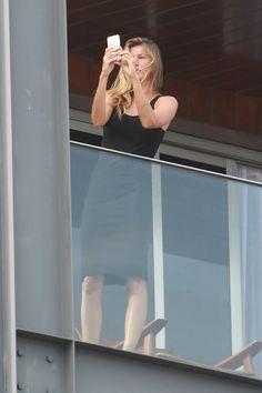 Gisele Bündchen na sacada do hotel Fasano  (Foto: Dilson Silva / AgNews)