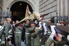 Miembros de la Brigada de Paracaidistas trasladan a hombros al Cristo de Ánimas de Ciegos. | Antonio Pastor