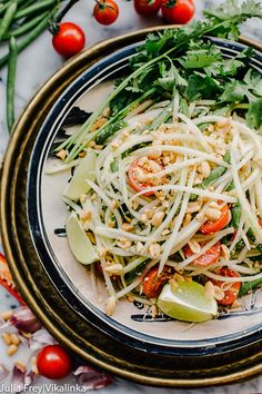 Thai Green Papaya Salad (Som Tam) Prepare for your tastebuds to be tantalised with this Thai Green Papaya Salad! So many flavours at once. Thai Green Papaya Salad, Papaya Salat, Veggie Recipes, Asian Recipes, Vegetarian Recipes, Healthy Recipes, Thai Recipes, Drink Recipes, Yummy Recipes