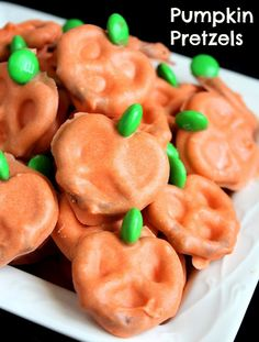10 Undeniable Halloween Snack Ideas For Kids Party - Easy Pumpkin Pretzels Halloween Snacks, Hallowen Food, Fete Halloween, Halloween Pretzels, Halloween Tips, Halloween Goodies, Happy Halloween, Halloween Clothes, Halloween Chocolate