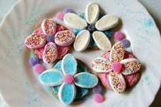 Photo Tutorial on how to make marshmallow flowers to decorate biscuits and birthday cakes for a girl's party. Birthday Party Snacks, Birthday Cake Girls, Party Treats, 3rd Birthday, Birthday Ideas, Baking With Toddlers, Kids Baking, Birthday Cake Decorating, Cookie Decorating