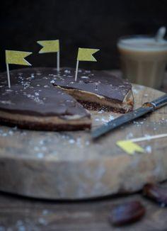 Saltet dadelkaramel tærte er en himmelsk mundfuld af sprød nøddebund, saltet dadelkaramel og et blødt og cremet lag chokolademousse.