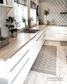 43 Cute And Small Kitchen Design Ideas - Are you stuck with a small kitchen but you have some big ideas? Do you have kitchen envy and you wish that you had the counterspace and floor space th. Kitchen Room Design, Kitchen Cabinet Design, Modern Kitchen Design, Home Decor Kitchen, Interior Design Kitchen, New Kitchen, Home Kitchens, Minimal Kitchen, Stylish Kitchen