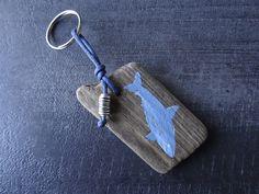 Porte clés en bois flotté avec un requin peint : Porte clés par c-driftwood-bois-flotte
