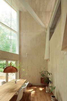 Het Small Box House is ontworpen door Shin-ichiro Tokyo en is voorzien van een interieur opgebouwd uit grote partijen multiplex. Een materiaal waar we echt wel fan van zijn. Warm en goedkoop! Op ve...
