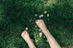 Summer vibes, toes amongst the daisies via this house our home www.thishouseourhome.com