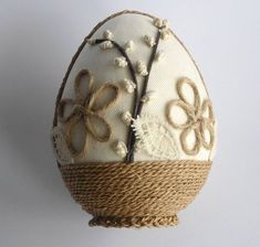Din accesorii simple putem realiza o multime de obiecte decorative in ton cu sarbatoarea care se apropie cu pasi repezi. Iata! Egg Crafts, Bunny Crafts, Easter Crafts, Christmas Candle Decorations, Diy Easter Decorations, Christmas Ornaments, Quilted Ornaments, Beaded Ornaments, Spring Crafts