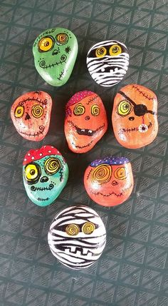 Halloween is favorite Holidays. There is something about the fun costumes, the spooky stories, and the sounds of leaves under the kid's feet. Painting rocks is a fun new way to create this holiday. There are Scary Halloween Painted Rock Ideas. Kids Crafts, Halloween Crafts For Kids, Fall Crafts, Holiday Crafts, Halloween Ornaments, Halloween Rocks, Scary Halloween, Fall Halloween, Rock Painting Patterns