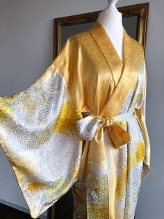 Freue mich, euch diesen Artikel aus meinem Shop bei #etsy vorzustellen: Prächtige Seide Kimono Robe-Jacke in glänzenden Pastell Gelb mit prächtigen Chrysantheme / Handgefertigte Kimono Jacke / Kimono Cardigan Vintage Kimono, Party Looks, Kimono Mantel, Cardigan Kimono, Casual Look, Elegant, Outfit, Etsy, Fashion