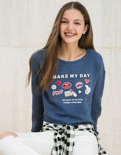 Bluza BSK z nadrukiem i pinami.  Odkryj to i wiele innych ubrań w Bershka w cotygodniowych nowościach