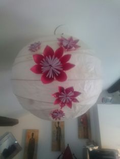 Fleurs d'origami sur une suspension.