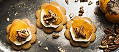 Sinihome- tai vuohenjuusto, piparkakku ja persimon on hyvä yhdistelmä esimerkiksi glögin kanssa tarjottuna. N. 0,30€/annos.